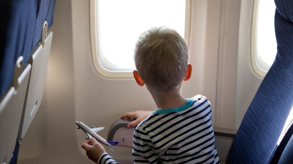 Un menor viaja en un avión.