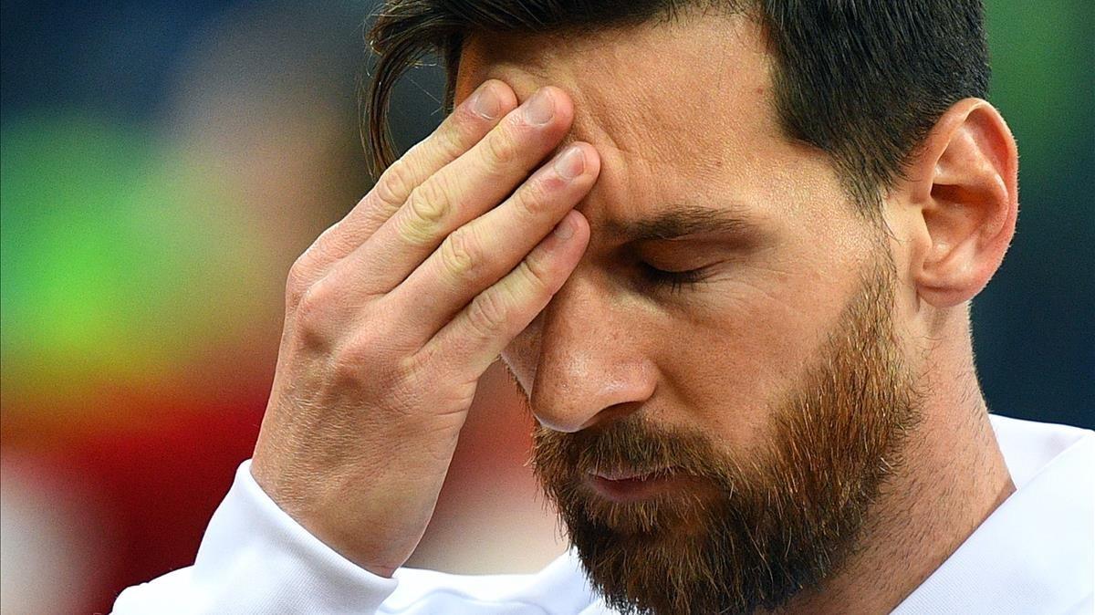 Messi se masajea la frente antes del partido contra Croacia.