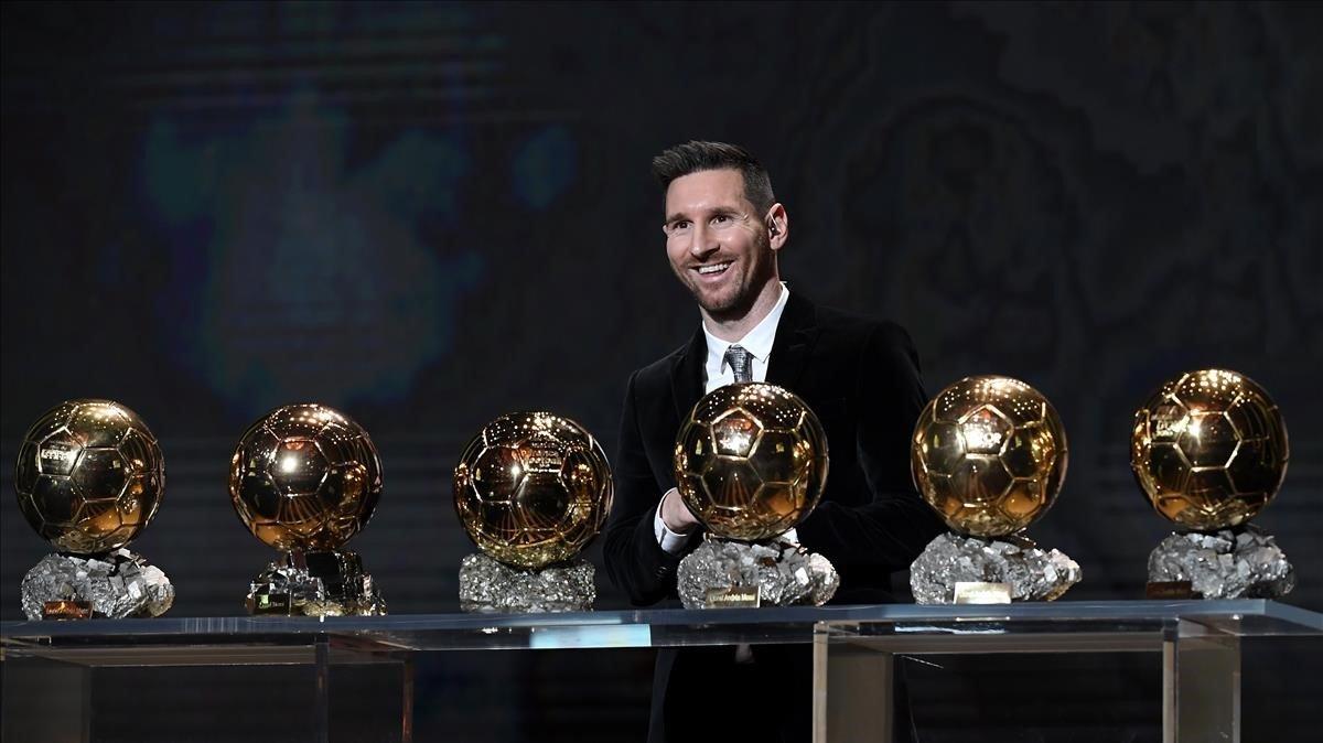 Messi posa en París con sus seis Balones de Oro.