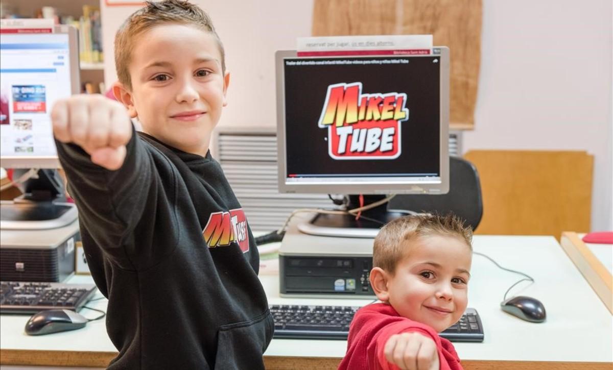 MIkel y su hermano Leo, con la carátula de su canal de Youtube.