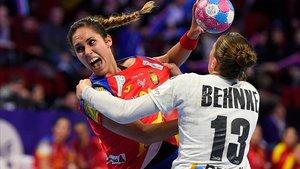 Mireya González lanza ante la alemana Julia Behnke.
