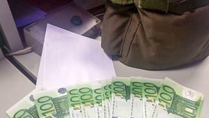 Imagen de lamochila y el dinero hallados en Palma, este martes.