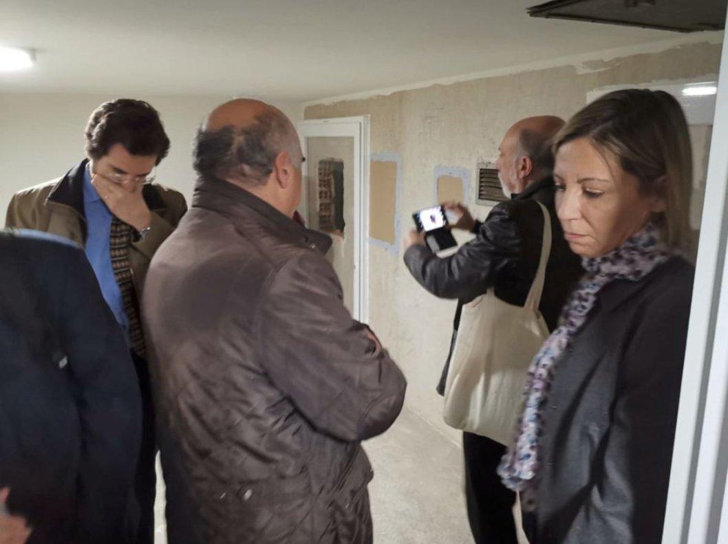 Un momento de la visita de las familias a la cripta del Valle de los Caídos. A la izquierda, su abogado, Eduardo Ranz.