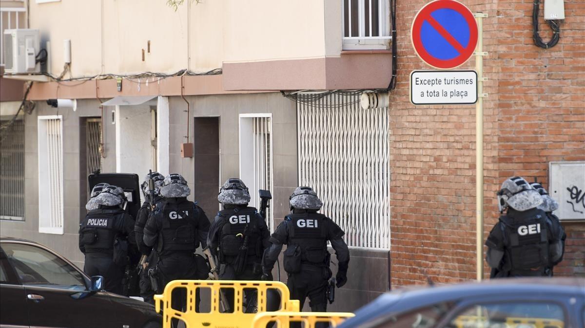 Efectivos de los Mossos se disponen a entrar en el domicilio del agresor abatido.