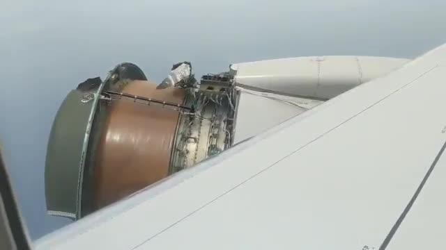 Vídeo gravat per un passatger que mostra com el motor de lavió perd en ple vol part dels seus components.