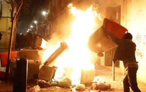 GRAF3267 MADRID 15 03 2018 - Contenedores incendiados en la calle Meson de Paredes con la calle del Oso en el barrio de Lavapies de Madrid tras la muerte de un mantero de un paro cardiaco durante un control policial contra el top manta en el barrio de Lavapies de Madrid Tras el suceso se han concentrado decenas de personas en protesta contra la presion policial que existe en la zona contra los vendedores del top manta EFE JAVIER LIZON