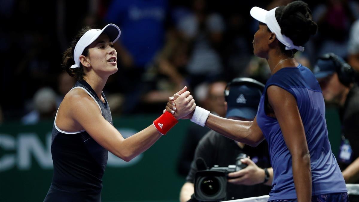 Muguruza se saluda con Venus Williams tras su derrota en Singapur.