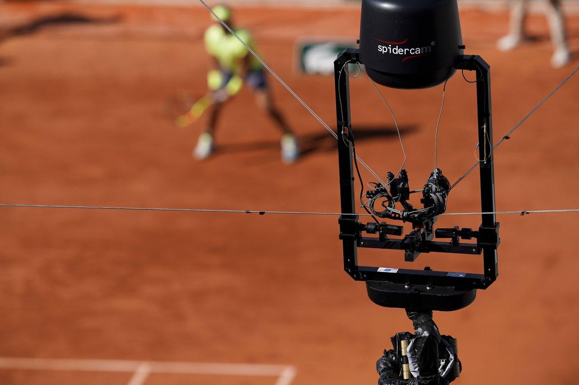 Detalles de la cámara 'spider', durante un partido de Nadalen Roland Garros.