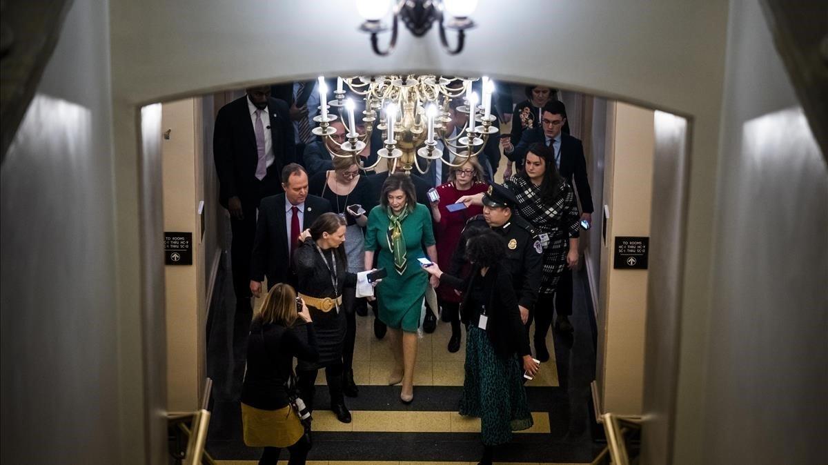 La presidenta del Congreso de EEEU,Nancy Pelosi, sale de una reunión hoy martes con representantes del Partido Demócrata.
