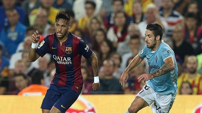 Neymar Jr se escapa de Lillo, en el partido de Liga jugado en el Camp Nou el sábado.