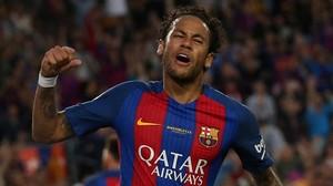 Neymar celebra el gol en propia puerta de Juncà en el Camp Nou.