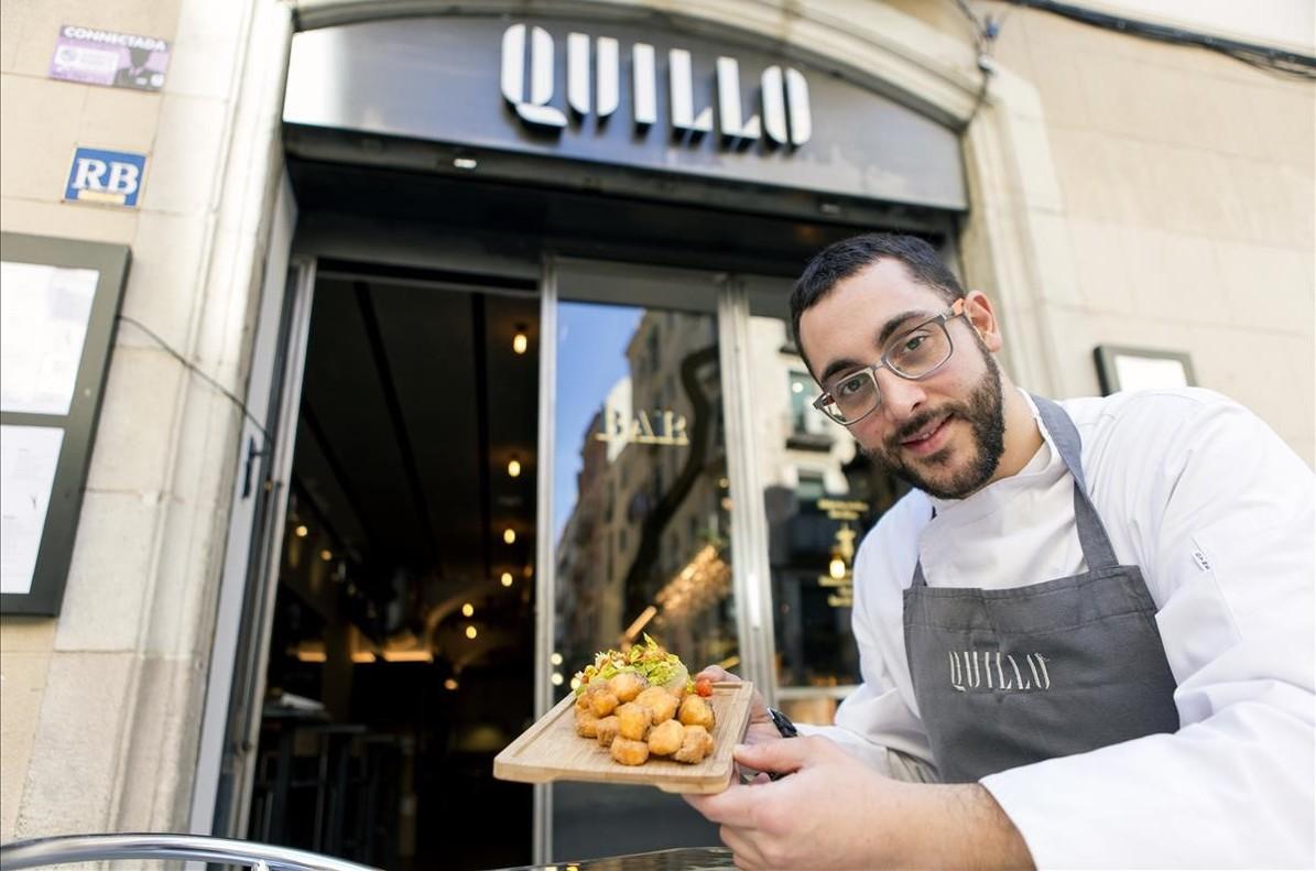 El chef Jordi Asensiomuestra un plato de cazón en adobo frente al Quillo.