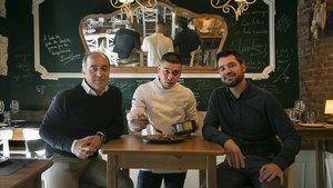 Los hermanos Javier y Carlos Triviño, con el cocinero Kemuel Gual en el centro.