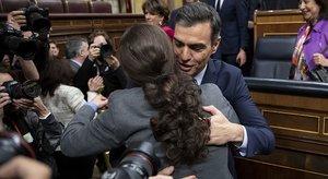 Pablo Iglesias felicita aPedro Sánchez tras lograr el apoyo del Congreso para ser presidente del Gobierno, el martes 7 de enero.