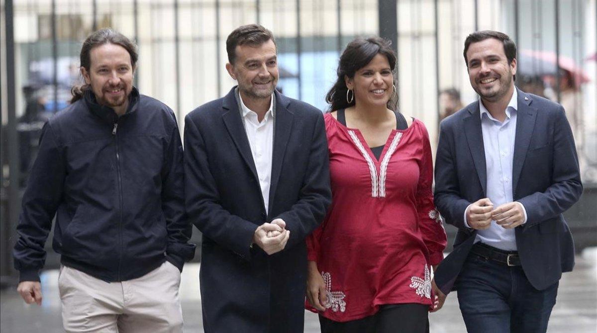 Pablo Iglesias,Antonio Maillo,Teresa Rodriguez y AlbertoGarzon -de izquierda a derecha- a su llegada al Congreso de los Diputados antes de su reunión este martes