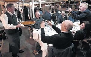 Paelles per sopar 8 Un grup de congressistes en una concorreguda terrassa del Port Vell, ahir a la nit.