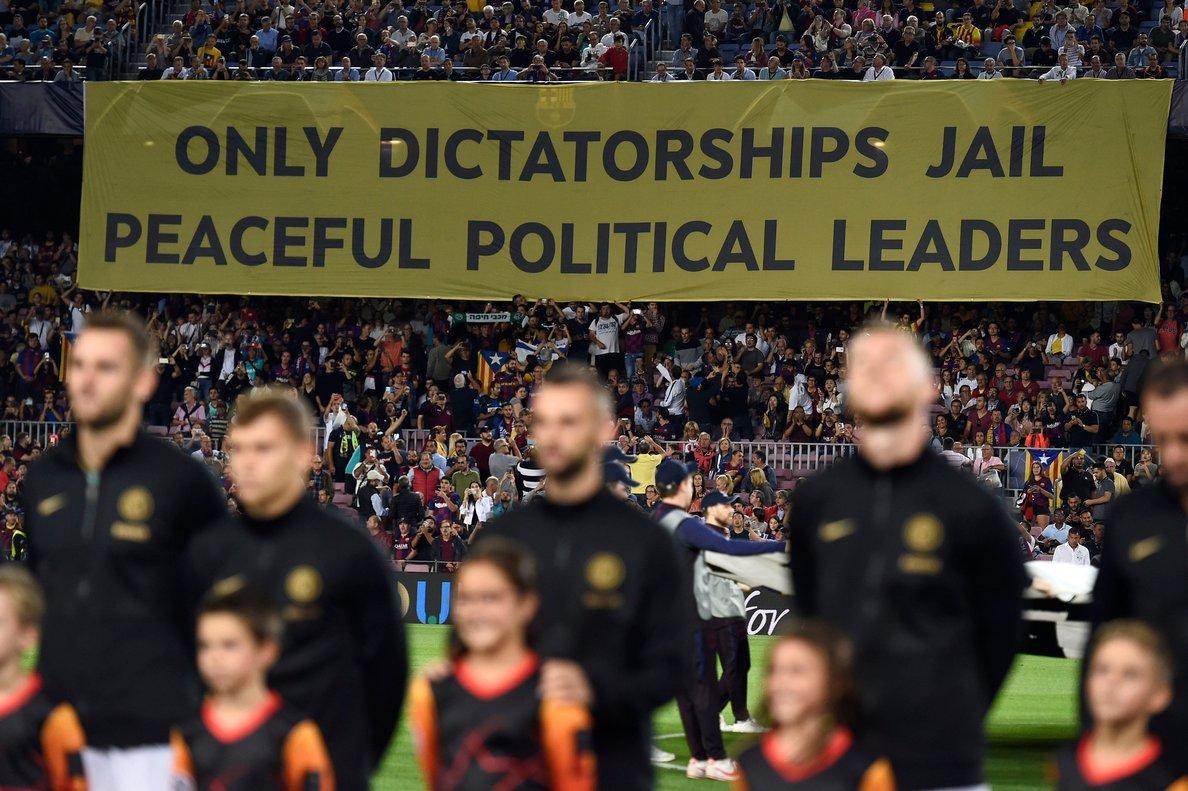 La pancarta que colgó anoche en la grada del Camp Nou, durante el Barça-Inter de Champions.