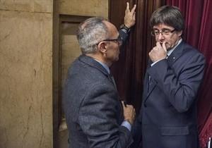 El diputado de Sí que es Pot Joan Coscubiela, con el 'president' Puigdemont, en diciembre pasado en el Parlament.