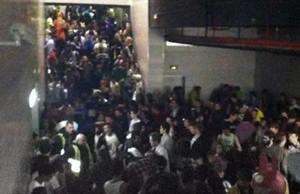 Pasillo colapsado durante la noche de la tragedia del pabellón Madrid Arena.