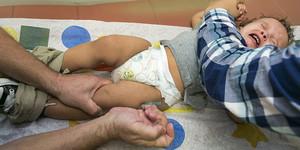 Un pediatra vacuna a un niño contra el sarampión, el pasado enero en Northridge (California).