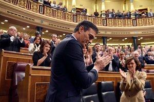 Pedro Sánchez, candidato a la Presidencia del Gobierno, aplaudido por su bancada.