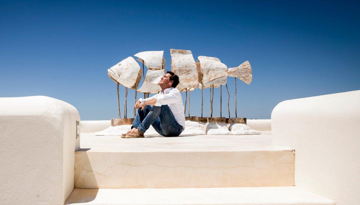 El artista Pepe Monserrate con una de sus esculturas.