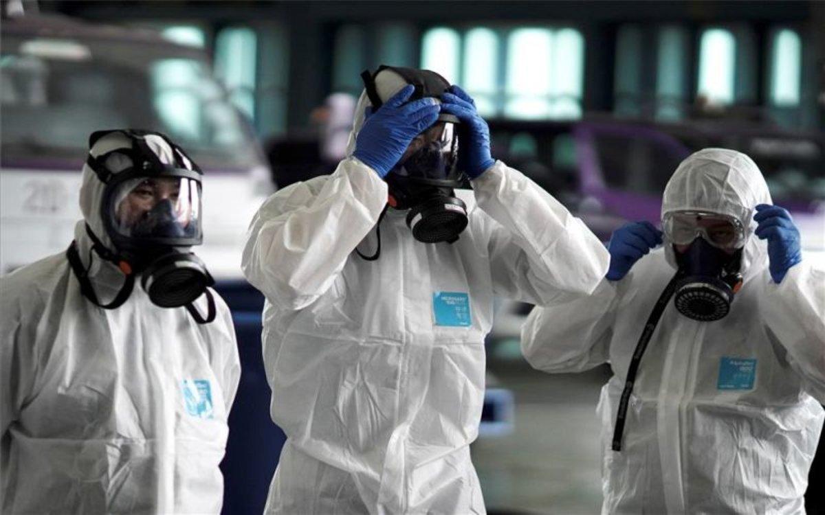 Personal médico con trajes herméticos ante el contagio del coronavirus de Wuhan.