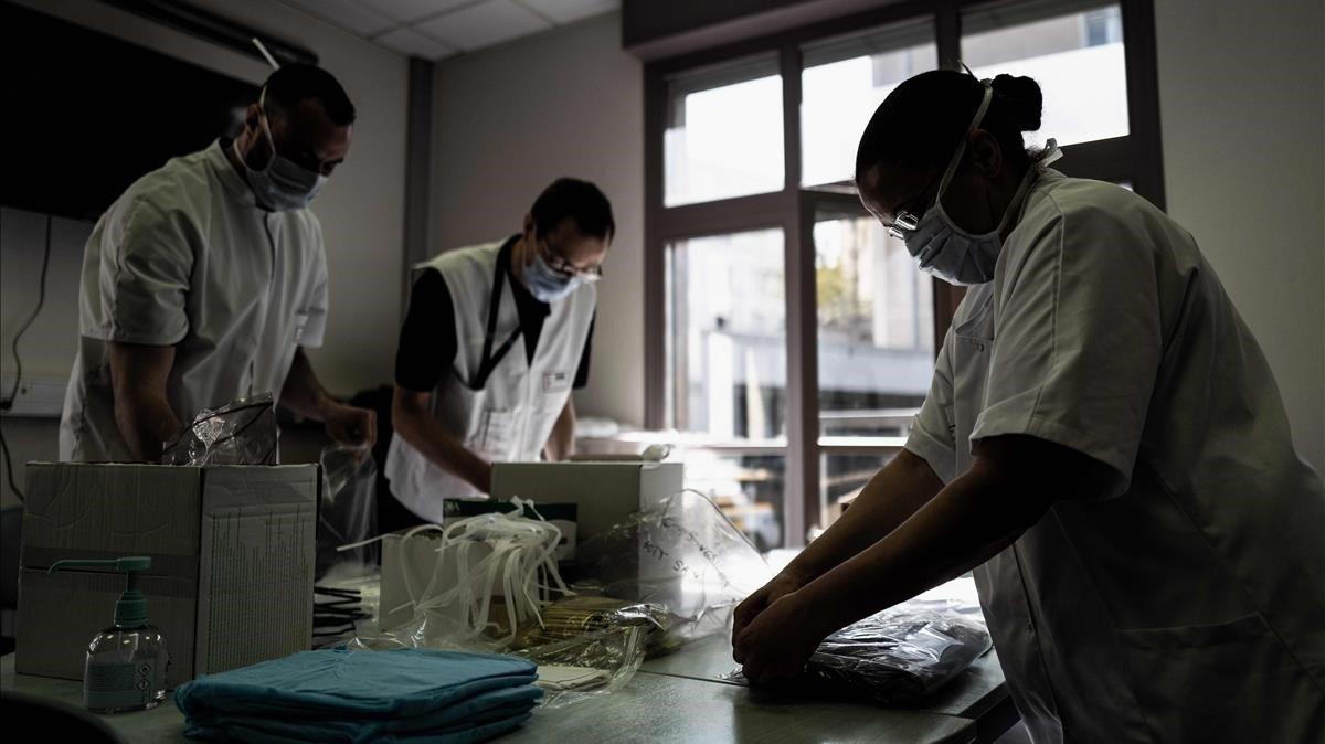 Personal sanitario de un hospital de Lyón hace inventario de material de protección.