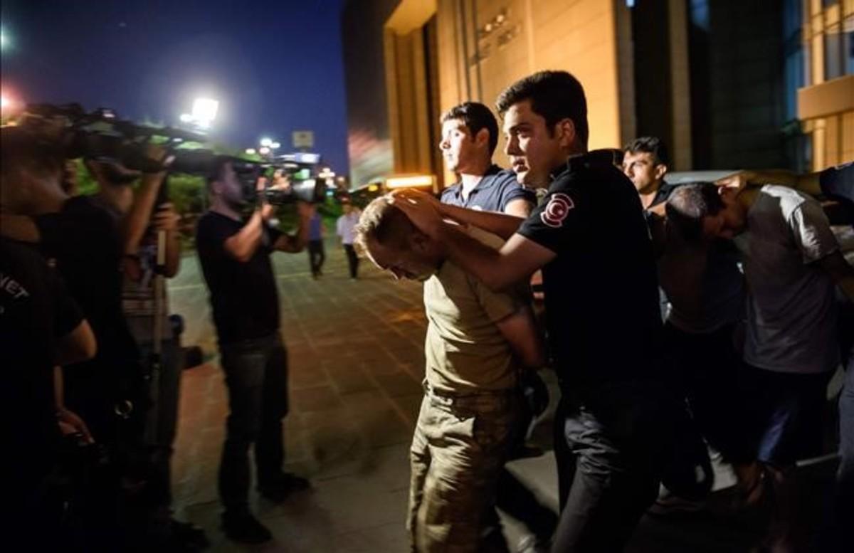 Policías turcos detienen a unos militares del Ejército de Turquía tras el fallido golpe de Estado.
