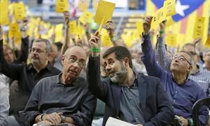 El presidente de la ANC, Jordi Sànchez, conversa con Lluís Llach, en la asamblea de la entidad.