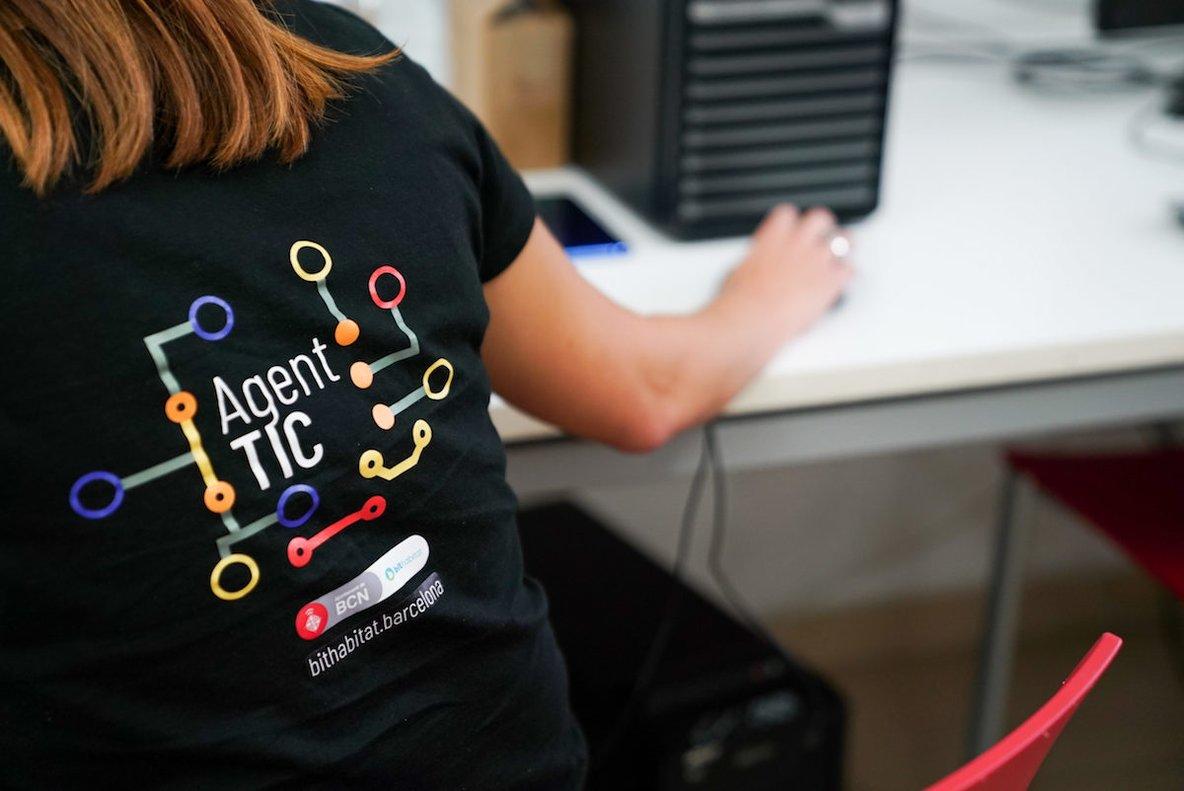 El programa Agents TIC ofrece acompañamiento en trámites y herramientas digitales.