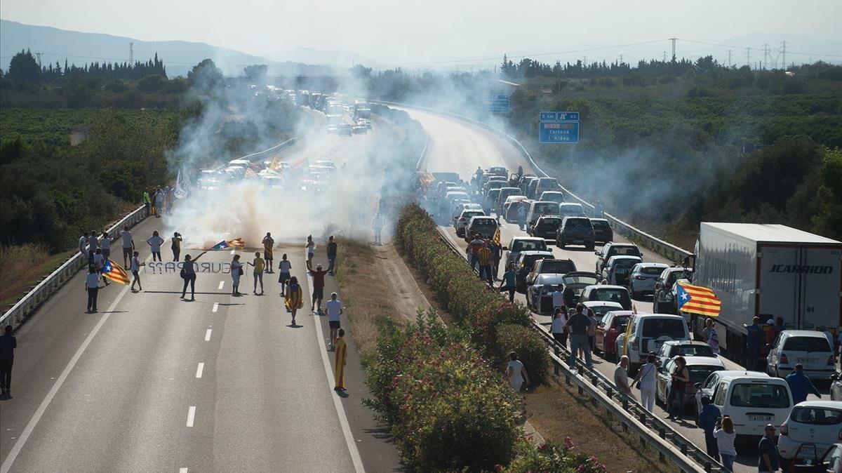 Protesta en la AP-7 en L'Ampolla, Tarragona.