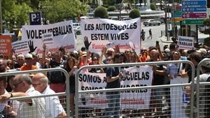 Autoescuelas catalanas y madrileñas se manifiestan frente al Congreso de los Diputados por la falta de examinadores de la DGT, en julio.