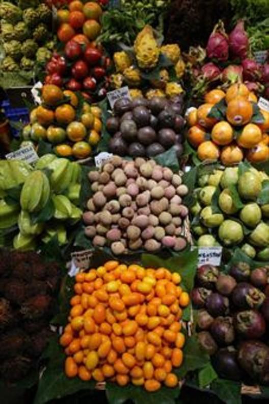 Puesto de frutas tropicales en la Boqueria.