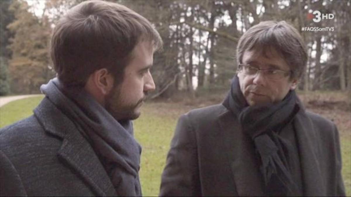 Carles Puigdemont y Ricard Ustrell, en un bosque belga, en el programa Preguntes freqüents, de TV-3.