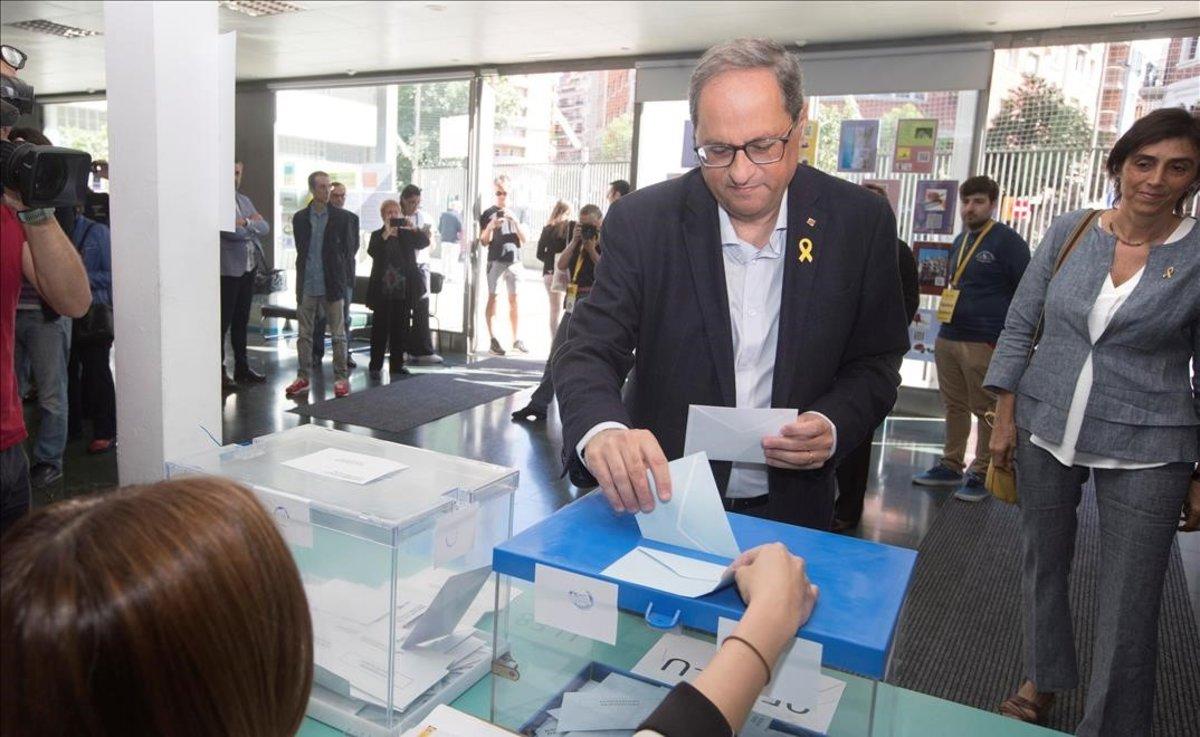 Quim Torra vota en la Escuela Oficial de Idiomas de Barcelona.