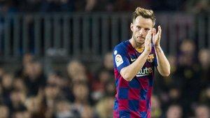Rakiticaplaude al Camp Nou en su sustitucióndurante el partido de Liga entre el FCBarcelona y el Mallorca