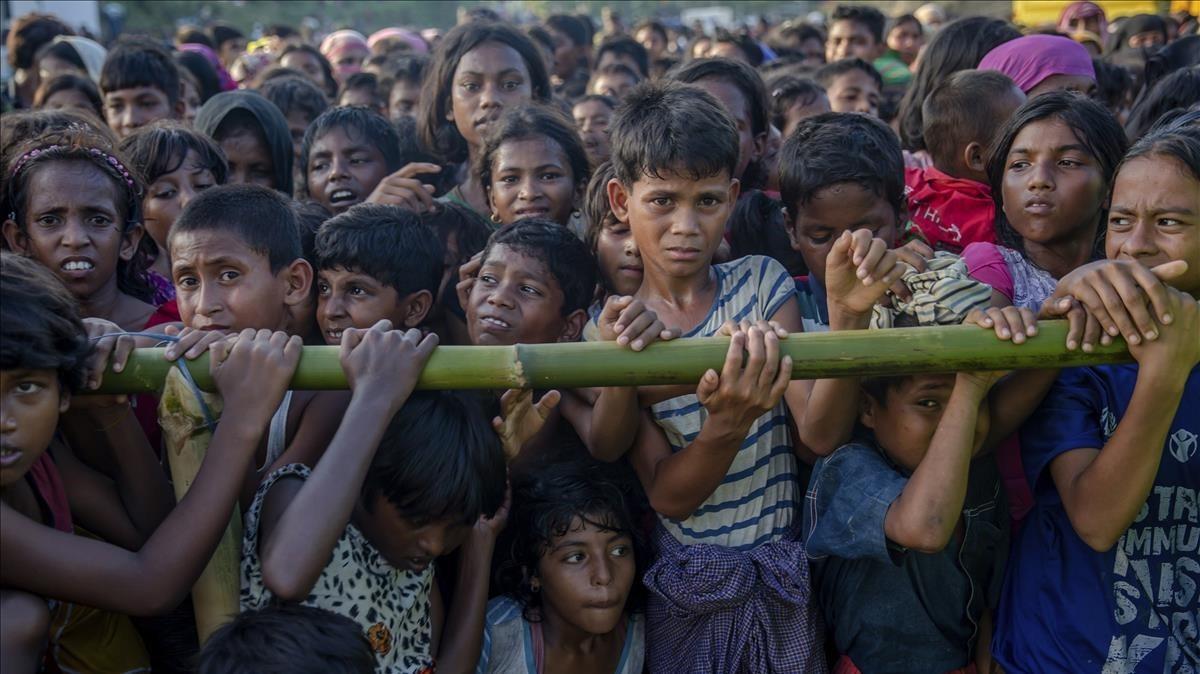 Niños refugiados rohingya esperan recibir ayuda humanitariaen un asentamiento en Bangladés.