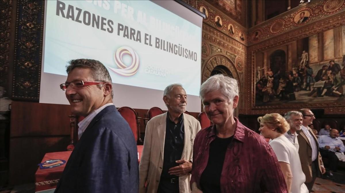 Eduardo Mendoza, en el centro de la imagen, con otros intervinientes en el acto de Societat Civil a favor del bilingüismo.
