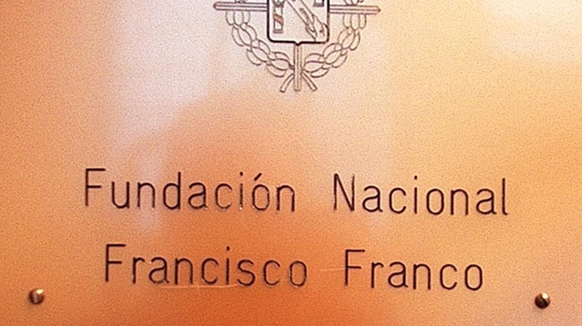 Placa de la Fundación Francisco Franco que estaba ubicadaen su anterior sede.