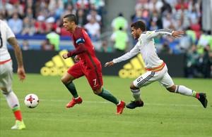 Ronaldo se va de Jonathan Dos Santos en el primer tiempo del Portugal-México.