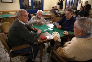 Partida de cartas en una de las salas del Centro Aragonés de Barcelona.