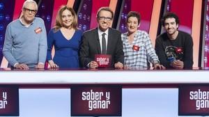 Los Magníficos Fernando Murias, Ana Blanco y Rafael Castaño, junto aPilar Vázquez y Jordi Hurtado, en Saber y ganar.