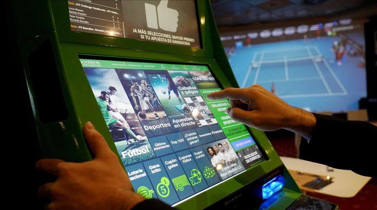 Sala de apuestas en el interior de un casino en Madrid.