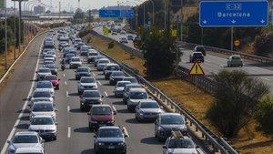 Salidamasiva de vehículospor la autopista C-32 a la altura de Vilassar.