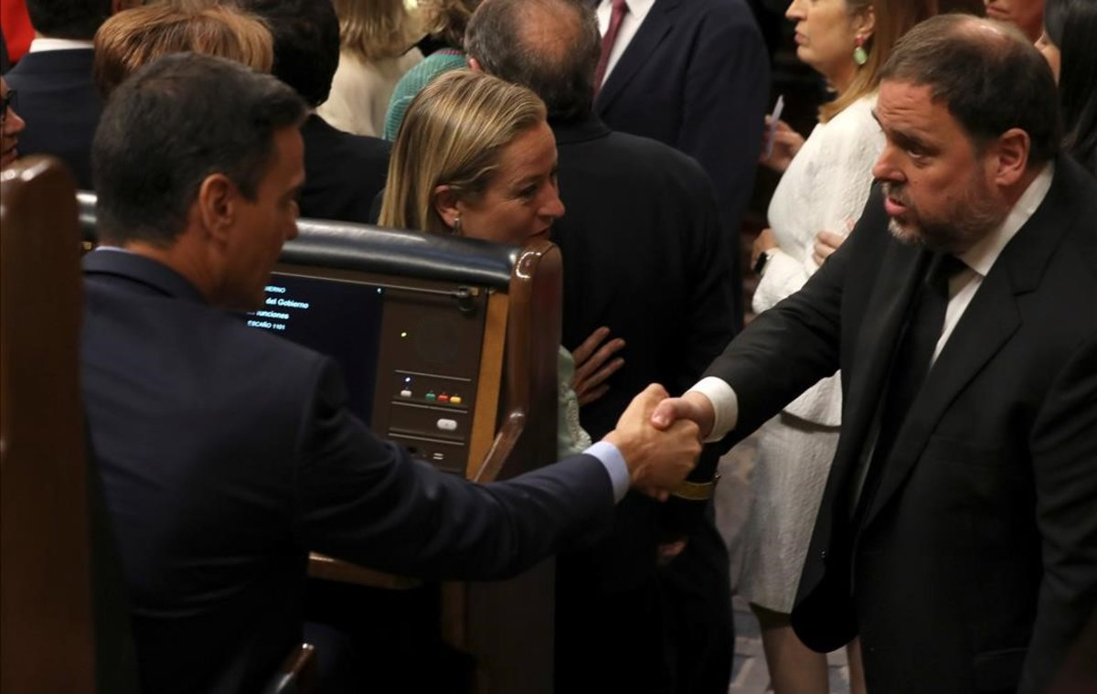 Saludo entre Pedro Sánchez y Oriol Junqueras, en la constitución de las Cortes,el 21 de mayo del 2019.