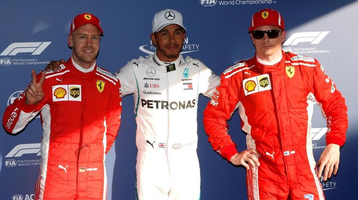 Sebastian Vettel, Lewis Hamilton y Kimi Raikkonen, tras lograr el campeón británico la pole del GP de Australia.