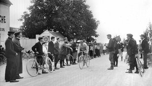 Louis Trousselier (1881-1939), vencedor del Tour de 1905, durante la última etapa de la prueba.