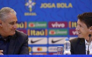 El seleccionador brasileño Tite (izquierda)junto al director de la selección, Juninho, en la rueda de prensa