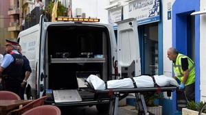 Servicios funerarios trasladan el cadáver del hombre asesinado en Vilanova i la Geltrú.